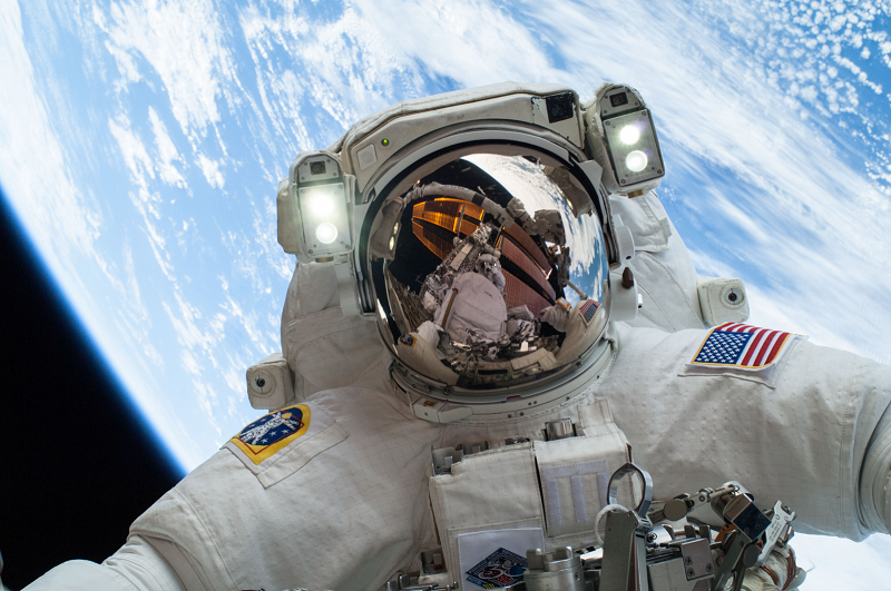 astronaute-sortie-spatiale-iss-station-spatiale-internationnale-gravity